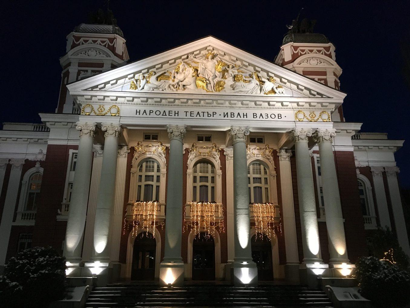 Народният театър – едно от любимите места за снимки