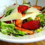 Салата с ягоди